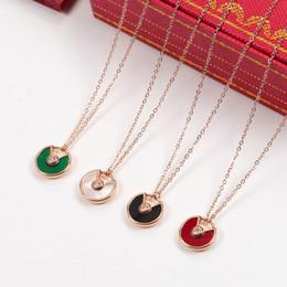 Catena di oro verde online-Ciondolo di conchiglia di perle bianche Collana di catene in oro rosa di alta qualità Ciondoli rossi verdi Collana di moda di lusso per le donne