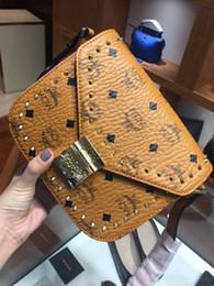 Nueva moda mujeres imprimir carta remaches bolsa de mensajero bolsa de hombro leisire bolso marrón dos colores desde fabricantes
