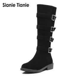 2019 talons de chaussures de cheval Sianie Tianie chaud faux faux daim chunky talons bas chaussures femme hiver équitation bottes mi-mollet équitation femmes avec boucle talons de chaussures de cheval pas cher