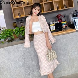 Moda 2018 Mezclas de lana de alta calidad de las mujeres Conjunto de dos  piezas Chaqueta corta + Slim Bodycon Falda de sirena Conjunto de borla de  cuadros 5cd282da0e6