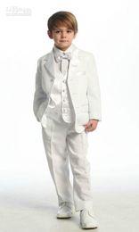 traje de niños blancos solapas de satén Rebajas 2018 Top venta de color blanco o marfil de cuatro piezas (chaqueta + pantalón + arcos + chaleco) Vestidos formales para el niño de los esmoquin de los niños Barato