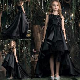 Vestidos de noiva de pena oi lo on-line-Vintage Black a Line Girls Pageant Dresses With Feather Sequin Appliqued Hi Lo Ruffle Gothic Flower Girls Dresses For Wedding Custom MAde