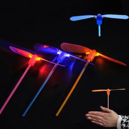 Hélices plásticas on-line-Led Flash De Plástico Bambu Hélice Da Libélula Crianças Presentes Empurrar A Mão Ao Ar Livre Brinquedo-B116
