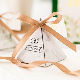 boîte à bonbons au mariage ruban vert Promotion 50pcs triangulaire pyramide faveurs de mariage bague en marbre style boîte de bonbons avec champagne / ruban vert partie fournitures boîte-cadeau