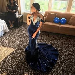 samt schick Rabatt Spitze appliziert aus der Schulter Mermaid Navy Blue Prom Kleider Velvet Abendkleid Robe Soiree Courte et Chic