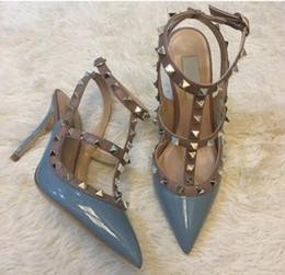 95bec764dced1 Designer de dedo apontado 2-Strap com Studs saltos altos de couro de patente  rebites Sandals mulheres Studded Strappy Dress Shoes valentine sapatos de  salto ...