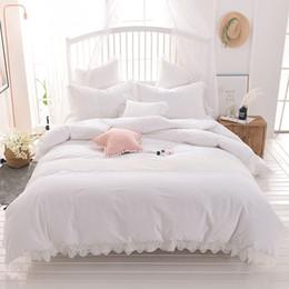 Encaje conjunto de edredón online-Juego de sábanas 100% algodón gris rosa blanco Juego de sábanas y faldas de encaje tamaño Queen doble tamaño King Fundas de almohada