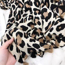 2019 borlas de viscosa bufandas 2018 Nuevo diseño Leopardo Dot borla viscosa mantón de la bufanda Imprimir pañuelo de cuello de alta calidad otoño cálido Foulard musulmán Hijab Sjaal borlas de viscosa bufandas baratos