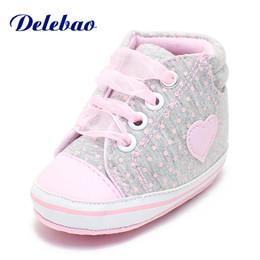 2019 tecido padrão sapatos bebê 4 Estilo Amor Pattern Baby Shoes Polka Dot Tecido De Algodão Lace-Up Toddlers Em Forma De Coração Confortável Sola Macia Prewalkers tecido padrão sapatos bebê barato