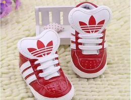 Estrella zapatos niño online-Nuevos zapatos de bebé Niños recién nacidos Chicas Corazón Patrón de estrella Primeros caminantes Niños pequeños Zapatillas de deporte de PU con cordones 0-18 meses