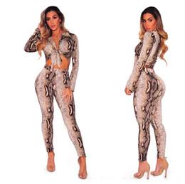 2020 vestiti di notte delle signore Sexy Python Pattern Risvolto Pizzo Top a maniche lunghe + Pantaloni aderenti 2 Pezzi Abiti Fashion Trend Slim Abiti da donna 2018 New Night Club Women Sets vestiti di notte delle signore economici