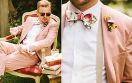 Blazers rosas online-Los últimos diseños de la capa de la chaqueta Hot Pink Wedding Suits para hombres del novio Chaqueta Slim Fit 2 piezas de Esmoquin Custom Prom Blazer Masculino
