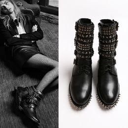 Botas de mujer estilo punk online-Botas con tachuelas de cuero de grano completo para mujer Punk Style New Brand Designer Ladies Martin Boot