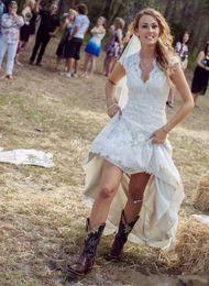 vestido de casamento rústico país Desconto País rústico alto baixo vestidos de noiva 2019 com rendas Hi Lo saia Sexy V-Neck Mangas tampadas personalizado Plus Size Boho Chic vestidos de noiva