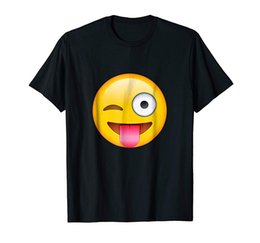 Emoticon faccia Tongue Out Emoji con Winking Eye Cotton T-Shirt Hipster O-Neck Sleeve Funny Print Abbigliamento Hip-Tope Mans T-Shirt Mens T- da emoticon t shirts fornitori