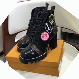 Argentina LAUREATE DESERT BOOT Moda Luxury Designer Women Botas 2018 Rough heel Martin Bootss Flamingo Medal Ladies Botas de invierno Suministro