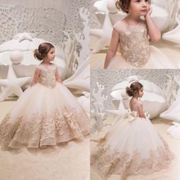 2019 Carino Tulle Una linea Flower Girl Dress Applique di pizzo Increspato Bow Sash Low Back Piano Lunghezza Festa di compleanno della ragazza Abiti pageant da