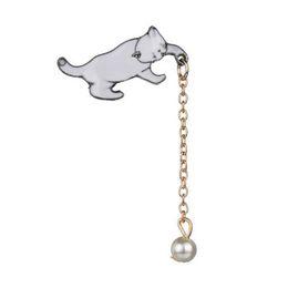 Broche de perlas individuales online-2019 Nueva Moda Salvaje Lindo Gatito Blanco Perla Broche Gato Coger Jersey Jersey Aguja Insignia Individual