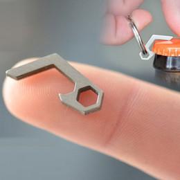 EDC Mini Bottle Opener Keychain Tools Outdoor EDC Attrezzature da campeggio Pocket strumenti leggeri da apri di bottiglia del keychain di edc fornitori