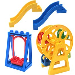2019 scivoli di swing 4Pcs / set Amusement Park Large Particle Building Blocks Giocattoli Altalena Ruota panoramica Montare giocattoli educativi mattone compatibile scivoli di swing economici
