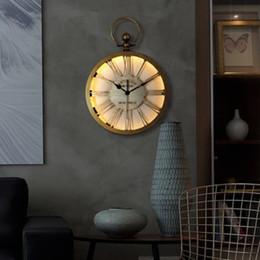 2019 relógio levou escuro Grande Relógio De Parede De Metal Design Moderno Nórdico Retro Relógio de Suspensão com DIODO EMISSOR de Iluminação Espelho de Vidro Espelho de Ferro Relógios de Parede Brilham no Escuro relógio levou escuro barato
