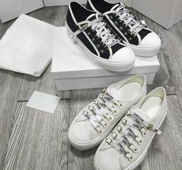 79fa714f Low Cut Patchwork de cuero de las mujeres zapatillas de deporte de la marca  de lujo al por mayor Kanye West Race Runner zapatos casuales blanco lienzo  negro ...