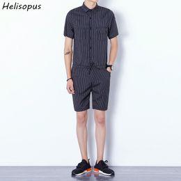 tuta di disegno di modo Sconti Helisopus Uomo Bib Cargo Pantaloni corti Tute Fashion Design a righe Harajuku Stile One Piece Tuta Pagliaccetti maschili Asiatici Taglia