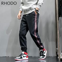 Новые мужские полосы контраст цвет ретро черный свободные джинсовые брюки гарем конус Fit мешковатые проблемные стрейч джинсы 28-42 supplier loose tapered jeans men от Поставщики джинсы с короткими косами