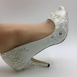 Zapatos de raso marfil talla 42 online-Los tacones altos accesorios vestido de cena del partido Zapatos de novia de encaje hecho a mano de marfil de satén del dedo del pie del pío tamaño de novia dama de honor de la UE 35-42
