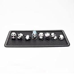 8pcs Super Cute Mini Pandas Ornament Lovely Car Interior Decoration Cruscotto bambole con tappetino antiscivolo Grande regalo per le donne degli uomini da tappetini panda fornitori