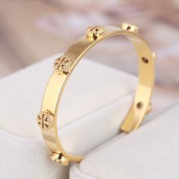 weißgold armband graviert Rabatt Edelstahl-runde Goldniet Armreif mit umgekehrter T-Design für Frauen Silber Rose Gold aushöhlen Logo öffnen Pulsera Armband Feine Schmuck