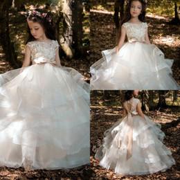 Linda flor menina vestidos até o chão vestido de baile crianças criança com flores artesanais branco bebê criança comunhão vestidos de Fornecedores de vestido de comunhão branco lindo