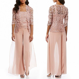 Madre sposo rifornisce rosa online-A buon mercato Pink Mother Of The sposa Pantalone abiti con giacca in pizzo chiffon Beach Wedding Guest Mothers Groom Dress abito formale Indumento Indumento