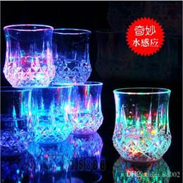 Bicchieri d'acqua lampeggianti online-Glow Wine Glasses Water Lights Luminoso colorato LED Ananas Fashion Gift Sensore di liquidi Flash Bar Carnival New Props 4 8jc ZZ