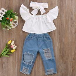 Agujeros de pantalones de bebé online-Nueva moda para niños, niñas, ropa, hombros descubiertos, tops, blanco + agujero, pantalón de mezclilla Jean, banda de sujeción 3PCS para niños pequeños conjuntos de ropa para bebés