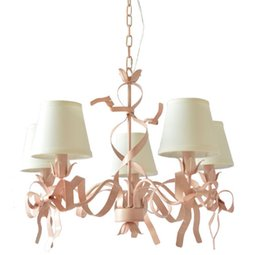 Candelabros de salón online-Luces de araña románticas de Regron Luces de hierro rosa Led Lámpara de suspensión estilo mediterráneo Natural Pajarita Lustre Lounge