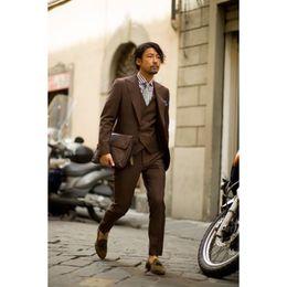 Abrigo pantalón marrón oscuro online-2017 Últimos Diseños de Pantalones de Abrigo Traje de Hombre Marrón Oscuro Ajustado de 3 Piezas Trajes de novio Tuxedo Novio Personalizado Prom Blazer Terno Masculino