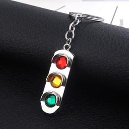Luces colgantes de color verde amarillo online-Caliente semáforo llavero rojo y verde amarillo semáforo colgante llaveros para mujeres hombres coche llavero regalo de la joyería