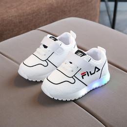 0b8880a96d Europeu de alta qualidade bebê primeiros caminhantes LED iluminado infantil  tênis venda quente moda bebê casual tênis calçados de LED