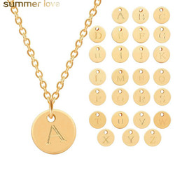 plaques de nom d'or en gros Promotion Vente chaude A-Z lettre intial ronde pendentif rond pour les femmes ruban plaqué or 26 alphabet nom charme collier avec carte-cadeau en gros