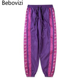 Pantaloni viola mens hip hop online-Bebovizi Marca Mens Hip Hop Windbreaker Streetwear Pantaloni Moda Side Stripes College Loose Harem Pants Uomo Purple Blue Pants