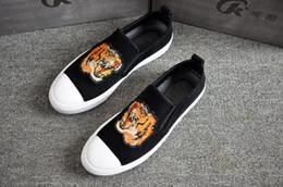 2019 mocassim de pano preto Novos Homens de Alta Qualidade sapatos Homecoming bordado tigre pano Preto Sapatos Casuais mocassins Sapatos Baixos Frete grátis W289 mocassim de pano preto barato