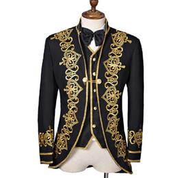 Smoking dourado on-line-Novos Homens de Luxo Ternos Tailcoat Real Vestido Preto Dourado Bordar Casamento Masculino Tuxedo Business Magician Vestido Jaqueta + Colete + Arco