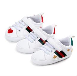 Sapatos anti skid on-line-Sapatos de bebê Menino Menina Sapatos Berço Recém-nascidos Outono Sapatos Brancos Coração Macio-solado Anti-skid Buckle Strap Prewalker Sneakers