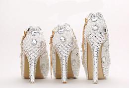 Sapatas do ecru on-line-2018 Sapatos De Casamento De Cristal De Luxo Rodada Toe Rhinestone Pérola Sapatos De Noiva De Salto Alto Ecru Vestido Branco Sapato