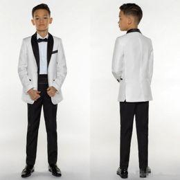 2019 traje de niños blancos solapas de satén Boys Tuxedo Boys Dinner Suits Boys Trajes formales Smoking para niños Smoking Ocasión formal White and Black Trajes para hombres pequeños Three Pieces