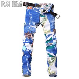 Dimagrimento foto online-All'ingrosso-TRUST SOGNO Uomo in stile Paris Colorful Floral Slim Jeans Blu Graffitic Stampa Personal Pant Uomini Street Club Jeans Real Photo