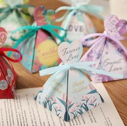 Пирамидальные ящики онлайн-Событие горячие свадебные сувениры подарок на день рождения коробка треугольная пирамида цветок листья конфеты коробки сердце теги+лента
