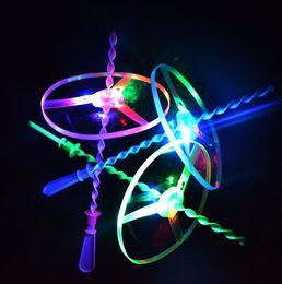 Dischi di plastica di illuminazione online-Giocattoli creativi della novità Gira la luce colorata Giocattolo all'aperto Disco volante Categoria disco volante Giocattoli per bambini in plastica Regalo per bambini