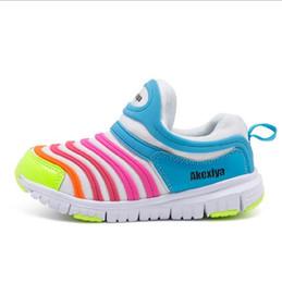 Zapatos nuevos de oruga online-los zapatos de los niños de las orugas de la primavera y del otoño los zapatos de los niños y de las muchachas de los deportes calzan las zapatillas deportivas del ocio de los nuevos niños super ligeros.